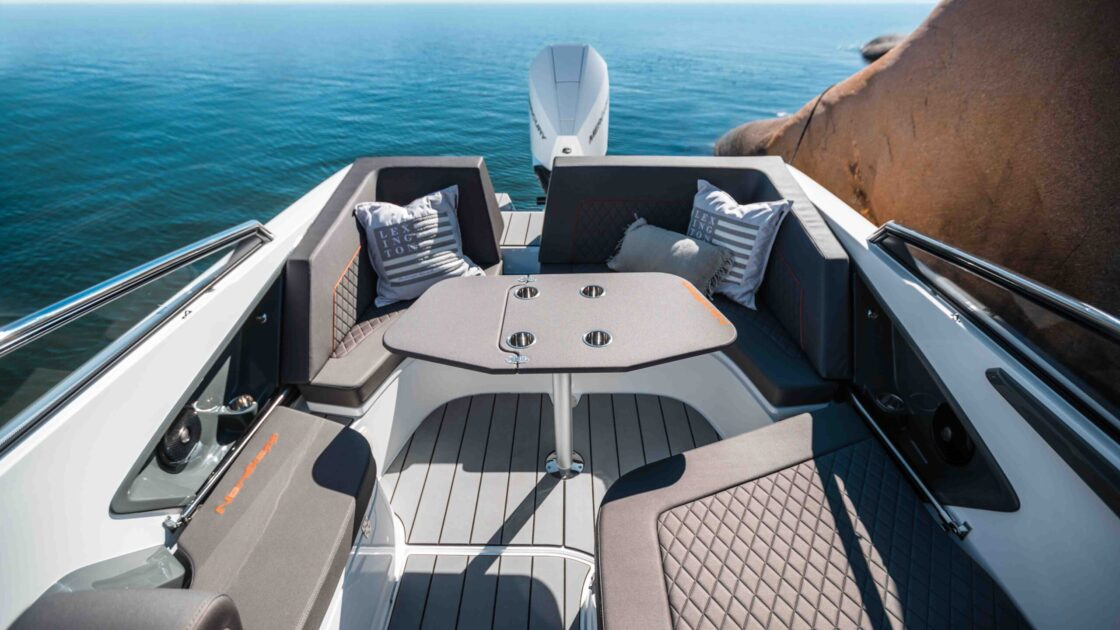 LR_Noblesse 790_ aft deck 2 - with table