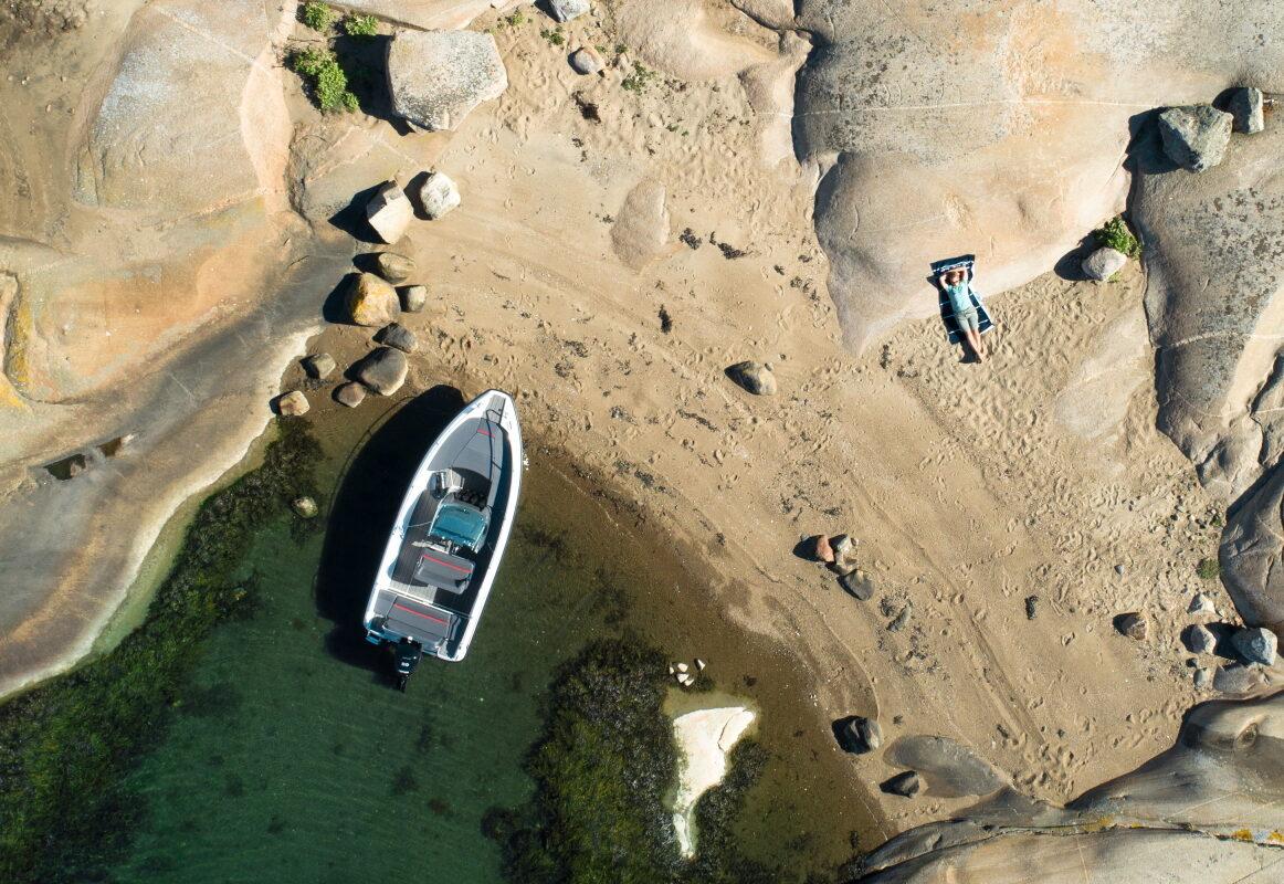 Sting 530s med Mercury på stranden